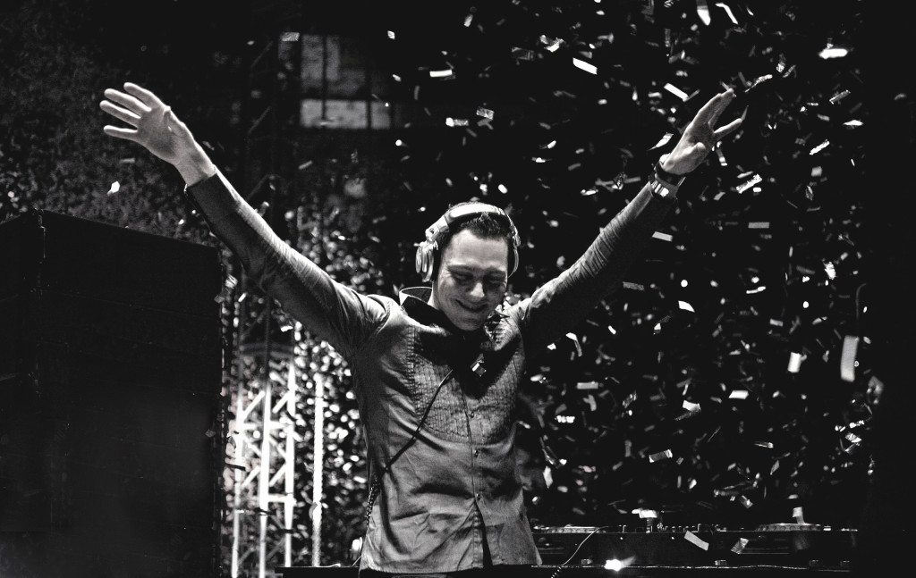 Tiesto-HD-Tiesto-Wallpaper-Black-and-White-Arms-Raised-Live1